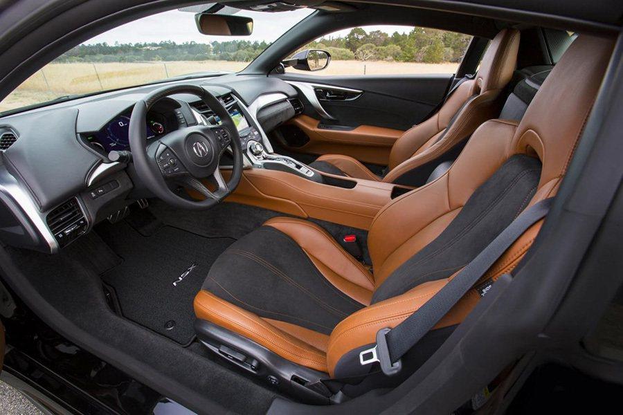 沒有太過複雜的旋鈕/按鍵與螢幕顯示,讓駕駛能專心享受 Acura NSX油電超...