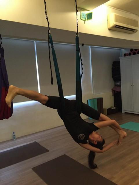 連靜雯最近沒有接拍戲劇,專心調養身體近一年,日前她還在臉書上秀出自己做空中瑜伽的姿勢,只見她在一條吊掛的繩帶上做出劈腿的招式,這種高難度的動作讓網友驚呼可以媲美Jolin開演唱會了!連靜雯笑稱應該沒...