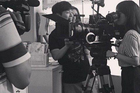 26日,韓國演員宋慧喬在個人SNS上公開了電視劇《太陽的後裔》的拍攝現場照。公開的照片是一張很有感覺的黑白照,圖中旁人都是帶著微笑的輕鬆表情,但宋慧喬卻非常集中認真地看著攝影機的螢幕,讓人很好奇她是...