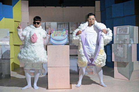 「自由發揮」新專輯「跨出界」有一首歌「HEY PEOPLE SAY」,是全新慶生派對主題曲,MV中的阿達、李伯恩在現實與幻想中,一共換了13套衣服,包括穿圍裙的親切店員、西裝筆挺的上班族、充滿鬥魂的...