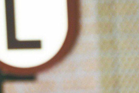 銀色夫妻孫鵬與狄鶯再婚第8年,日前卻被周刊拍到孫鵬與蠍子紋身的美豔林姓女球友互動頻繁,還一起返回女方住處,狄鶯雖然相信老公清白,但孫鵬27日在三立「國光幫幫忙」曝狄鶯吃醋,「我跟誰被拍到,她都會吃醋...