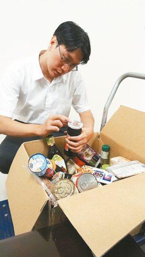 食物務必留意包裝上的有效期限。 記者蔡容喬/攝影