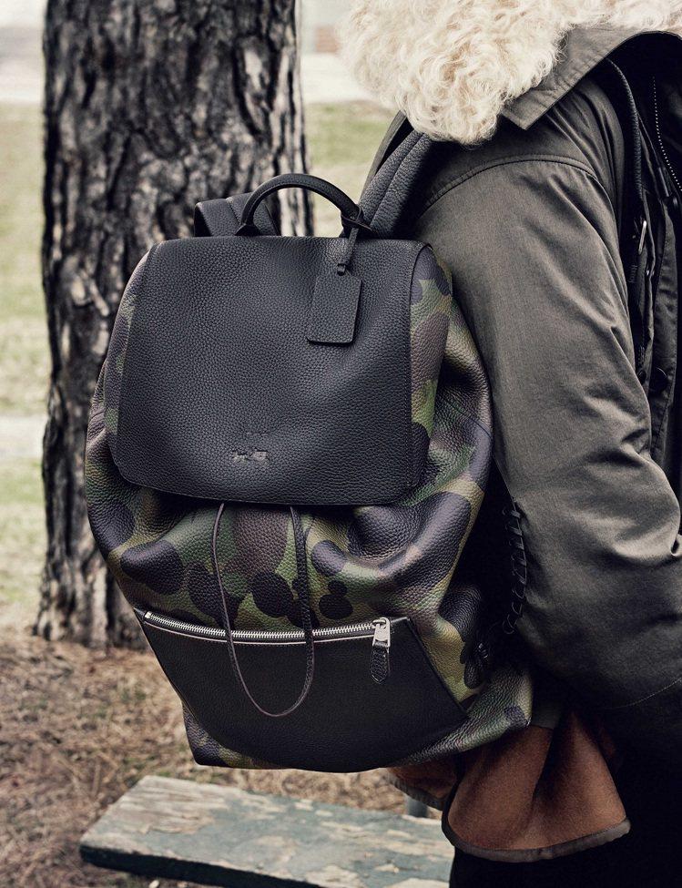 COACH的迷彩後背包帶有隨性感。圖片/COACH提供