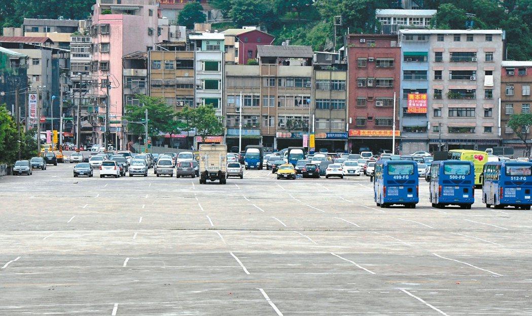基隆六合停車場有很多停車空位,幾乎不用排隊,市府建議民眾開車前往停放,再搭接駁車...