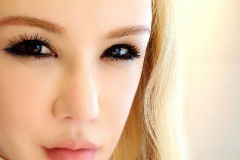 麻辣天后利菁昨(28日)早晨在日本機場準備回台灣,利菁在臉書上PO文表示當時他身旁有一位型男經過,帶著帽子及黑口罩,外型與韓星G-Dragon相似。沒想到這位與GD相似的男子竟先開口叫了她一聲「菁姊...