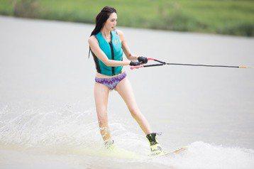 名模王心恬擔任美傑仕女子滑水盃活動大使,首度以比基尼泳裝亮相,施展滑水英姿,為了這次活動,她提前1個月練滑水,意外發現自己頗具天分,第一次試滑就成功站上滑板,她原本還想嘗試破浪,但在教練建議下,還是...