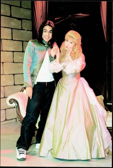 2002年,朱孝天與黃韻玲演出搞笑舞台劇,牽起小玲姊的手還露出大男孩般的羞澀笑容。