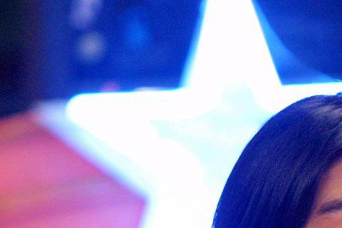 2002年,朱孝天參加當時超紅的綜藝節目《超級星期天》,扮起鬼臉來還真是還無包袱啊~旁邊的小男孩應該會被嚇到,這表情是「驚聲尖叫」了吧!