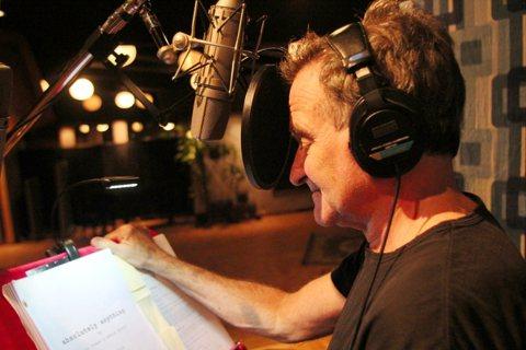 喜劇男星羅賓威廉斯去年8月自殺身亡,在過世前的最後「聲」影,出現在電影「超能玩很大」。片中羅賓威廉斯為「狗界熊麻吉」的賤狗阿丹配音,與「不可能的任務:失控國度」中的英國喜劇男星賽門佩吉對戲,兩代笑匠...