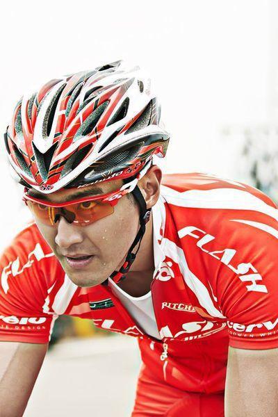 韓國男星始源在電影「破風」中配戴OAKLEY太陽眼鏡,帥氣逼人。圖/華映提供