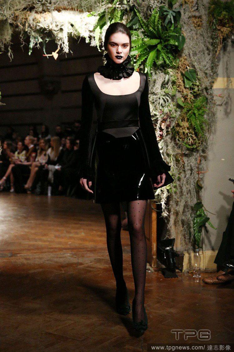 Giles 秀上模特兒畫上深到近黑色的深紫、深紅唇妝散發無限魅惑氣息。圖/達志影...