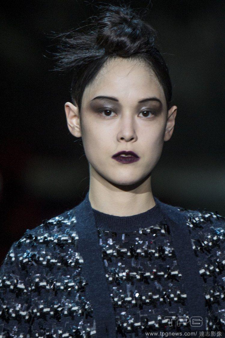 Marc Jacobs 也讓模特兒畫深色唇。圖/達志影