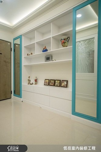 新成屋格局開門室內空間一覽無遺,加上歐式的裝飾玻璃化解開門見廳的風水禁忌。 圖片...