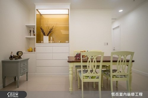 簡化神龕量體依空間訂做,線條切割帶出輕淺的裝飾感。主體色彩選用白色,跳脫以往褐色...