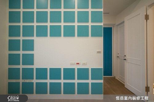 格狀電視主牆後方打造夫人專屬的更衣空間。 圖片提供_恆岳室內設計