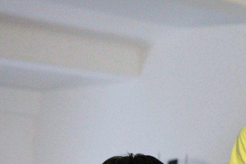 有陸版小虎隊之稱的團體「TFBoys」,「吸收」粉絲的速度一流!日前才傳出TFBOYS隊長王俊凱的微博粉絲數近日突破1000萬,6日TFBOYS就在官方微博秀了剪刀手的照片,慶祝成團兩周年。照片中三...