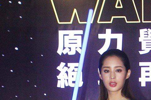 莫允雯6日cosplay成「Star Wars」中的角色「絕地武士」,現身台北漫畫博覽會的開展記者會,以往都是性感女神形象,這次卻嘗試帥氣裝扮,她笑說:「其實我想當英雄很久了!我常常幻想自己是劇中握...