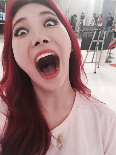 Girl's Day日前上韓國節目《一周偶像》,訪談中間成員們被問到最會自拍美照的成員是誰,Yura獲得大家的一致公認,而Yura當場被要求自拍一張搞怪的照片,Yura接過手機後毫不猶豫的...