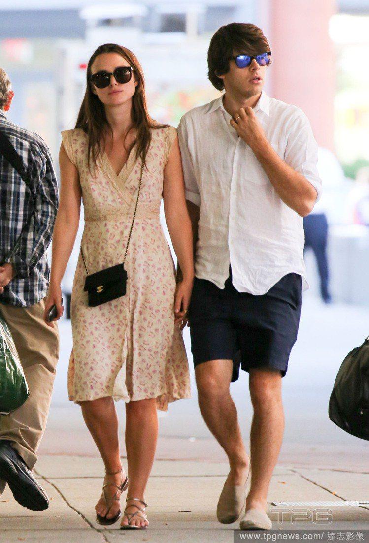 綺拉奈特莉和詹姆斯萊頓展現了日常休閒時尚穿搭。圖/達志影像