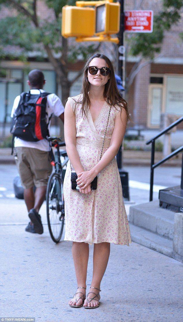 綺拉奈特莉一身 V 領復古碎花裙搭配金屬色涼鞋、CHANEL 菱格紋鍊帶包,看起...