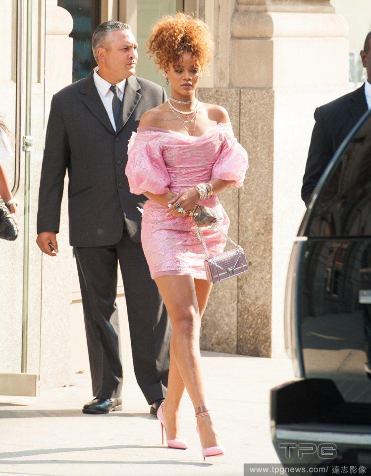 蕾哈娜的粉紅印花連身裙,露肩與蓬蓬袖設計,看起來彷彿香水瓶般散發奢華迷人的氣息。...