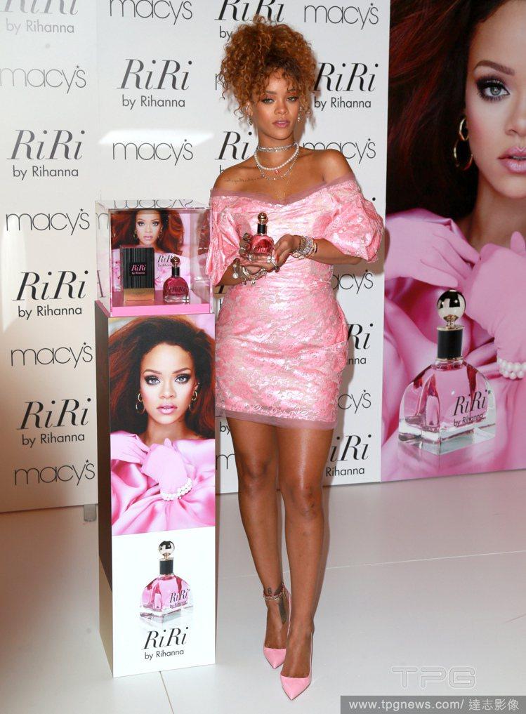 流行小天后蕾哈娜日前發表新香水《RiRi》。圖/達志影像