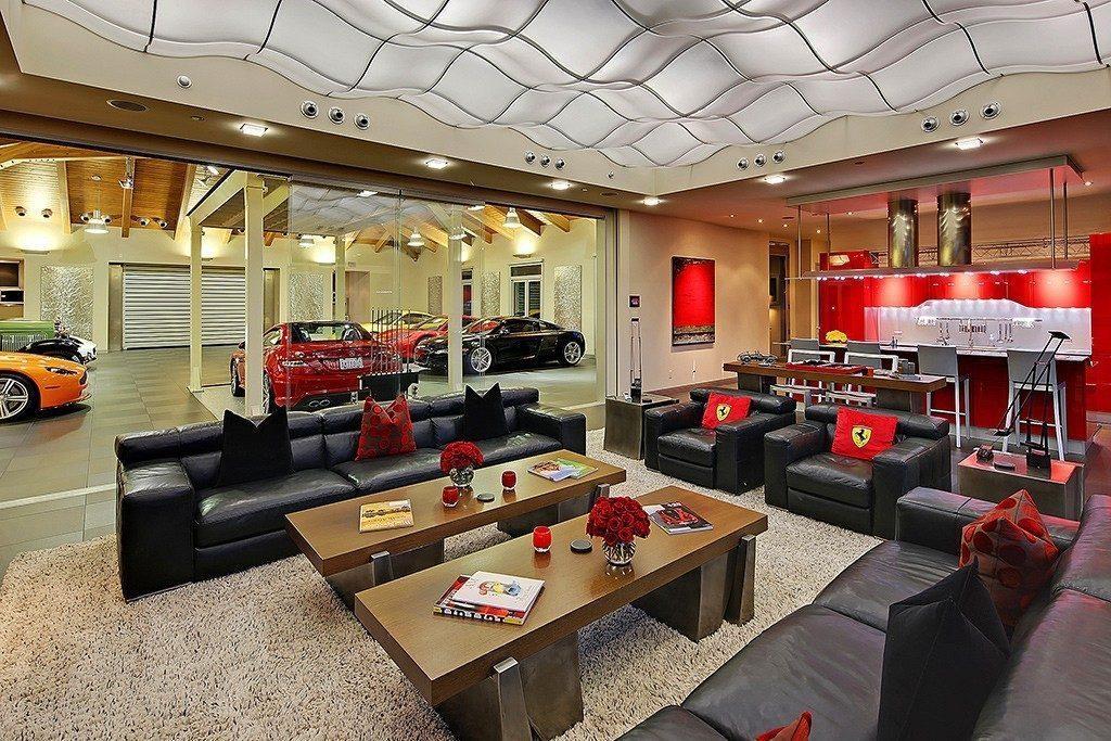 三五好友能在客廳一邊看著F1比賽一邊欣賞車庫中的收藏。 裁自freshome.com