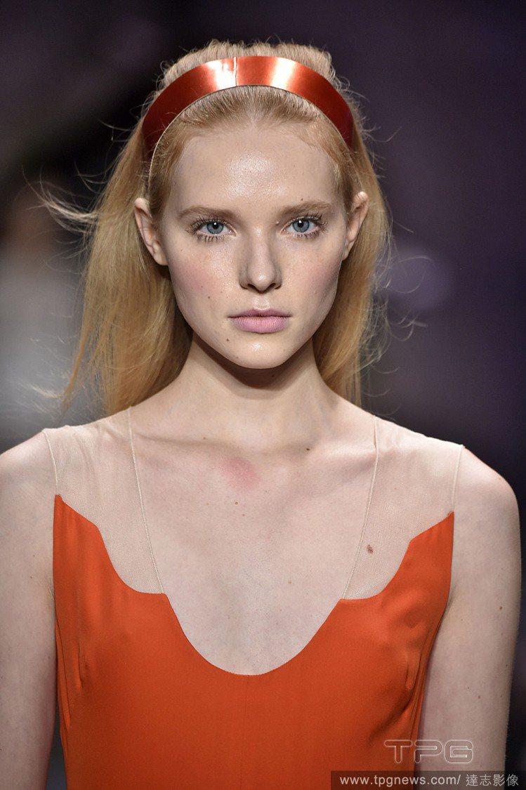 可以將瀏海往後梳搭配髮圈,大膽露額頭,看起來更俐落摩登。圖/達志影像