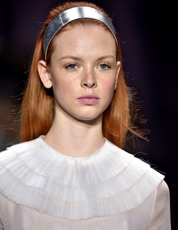 復古金屬風髮圈,帶來華麗繽紛感受。圖/達志影像