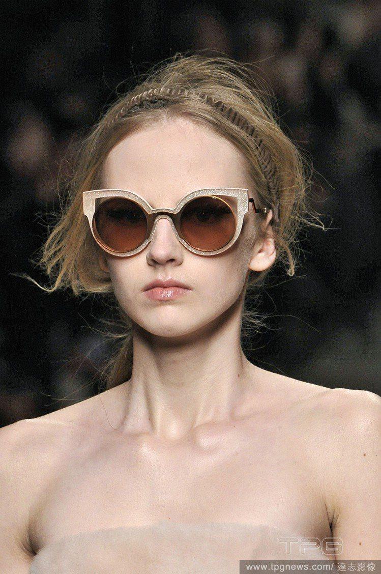 戴上與髮色相近的髮圈,讓髮型更有層次感。圖/達志影像