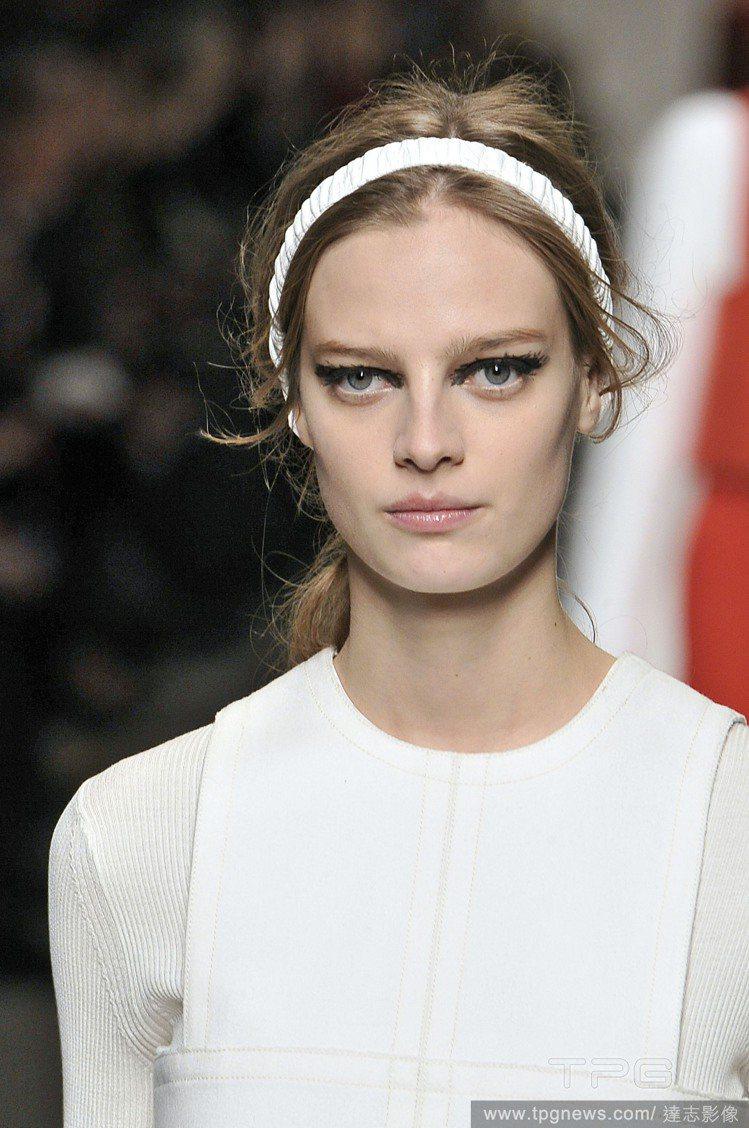 戴上白色、黑色、大地色等質樸色彩的髮圈,增加造型感又不會太浮誇。圖/達志影像