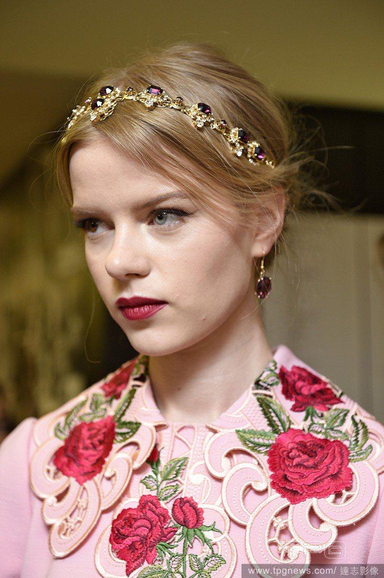 金屬與寶石相互輝映的款式,與粉色系服裝搭配變得柔和又平易近人。圖/達志影像