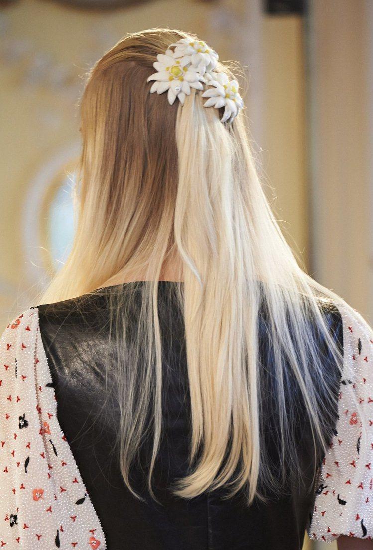 今年秋冬公主頭大回歸,蝴蝶結緞帶、華麗風髮夾是最好的髮飾品。圖/香奈兒提供