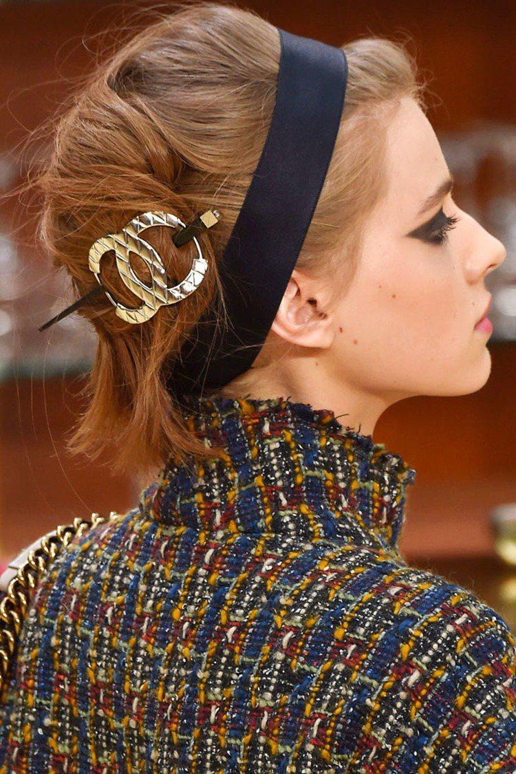 這類誇張髮夾也可以用來點綴包包頭、編髮或隨性盤髮。圖/擷自harpersbaza...