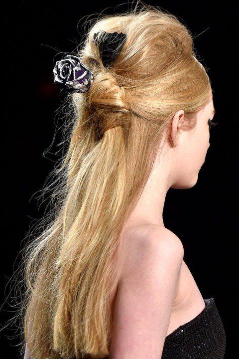 今年秋冬公主頭大回歸,蝴蝶結緞帶、華麗風髮夾是最好的髮飾品。圖/擷自harper...