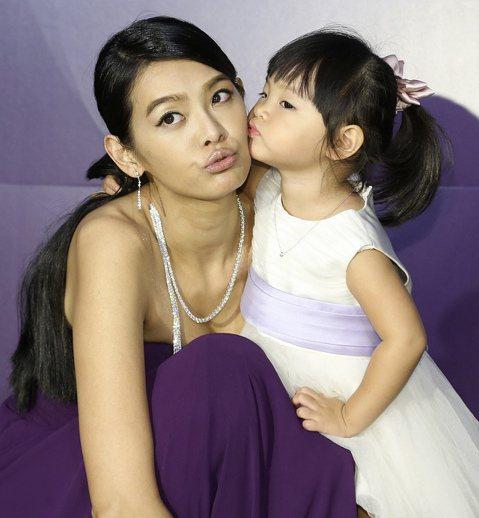 點睛品昨日舉辦Infini Love Diamond系列新品發表,名模林嘉綺首度帶著2歲5個月大的女兒Kuku合體亮相,記者會時間正逢Kuku午睡時間,不僅要等到女兒睡醒開場,就算身為10頭身名模也...