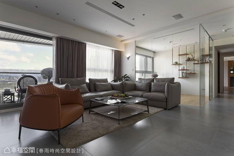 ▲與客廳相鄰的多功能空間,搭配玻璃牆與差異地材的設計來界定空間屬性,同時共享景深...