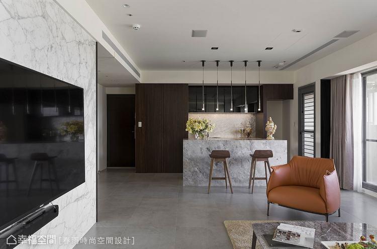 ▲客廳旁原來的小房間移除後,加作一座精美的大理石吧檯,立刻賦予客廳多采多姿的交誼...