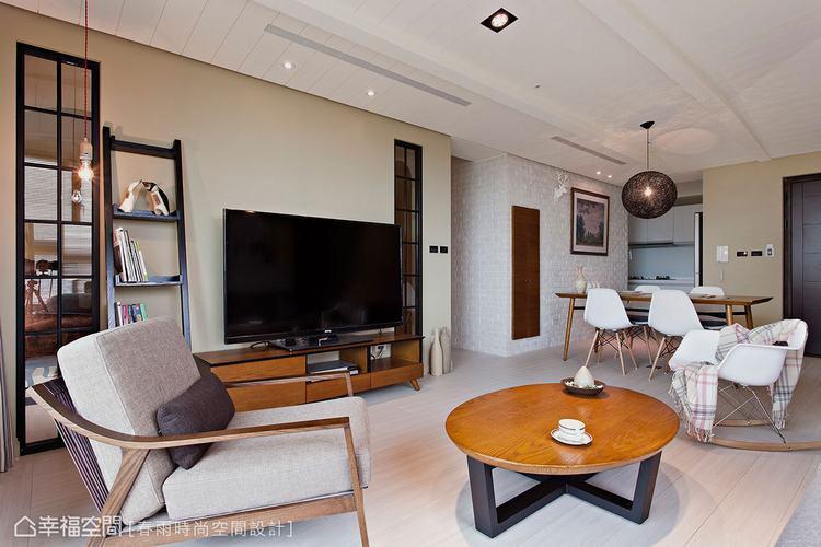 ▲客廳電視牆兩側鑲嵌對稱的長條狀開窗,若隱若現的穿透感,巧妙帶出視線的微妙穿透。