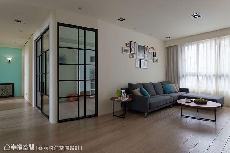 ▲客廳清爽的沙發背牆,在左側開窗處刻意斜切了15度左右,這些微的斜度卻能創造更深...