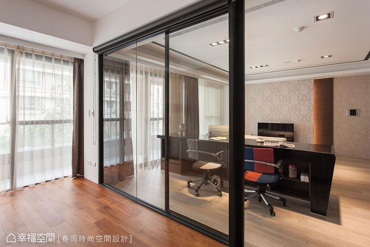 ▲大面玻璃窗的內側裝置黑色落地捲簾,當有需要作為房間時,馬上就能提供足夠隱私。
