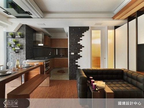 簡約清爽的客廳,使用黑磚貼出不規則形狀讓空間別具特色。 圖片提供_國境設計有限公...