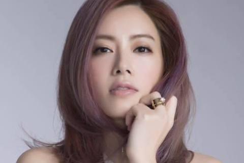 1998年出道的徐懷鈺,首張EP「飛起來」就爆紅,好記的舞步與旋律讓她迅速成為「平民天后」,但接踵而來的壓力與負面傳聞,卻讓她在當紅之際罹患憂鬱症,跌落長達14年的低潮期。而她近日重返螢光幕前,也難...