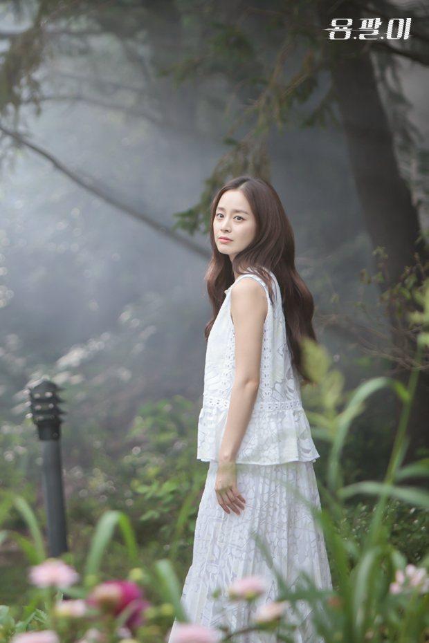 身穿蕾絲白裙的金泰希,站在如夢似幻的場景中宛如仙女。圖/擷自龍八夷sbs官網