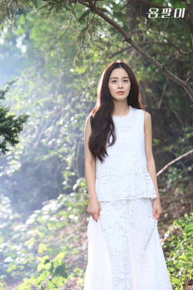 金泰希穿白色蕾絲上衣,削肩款式讓波浪衣擺俐落起來,搭配若隱若現的飄逸長裙,展現迷...