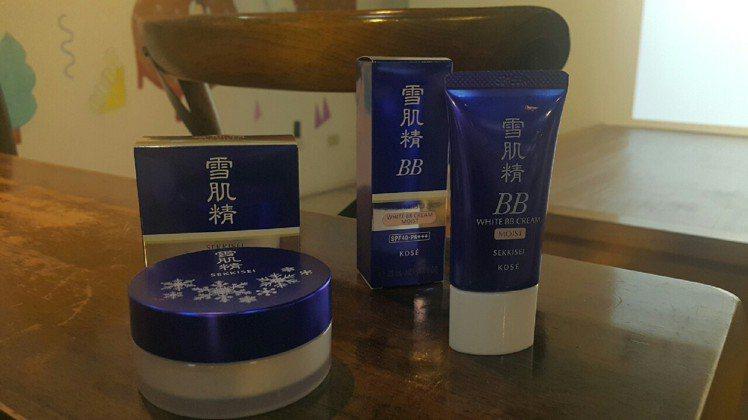 產品外觀:雪肌精清透瀅白蜜粉(左),雪肌精潤白保濕BB霜(右)。圖/記者翁以愛攝...