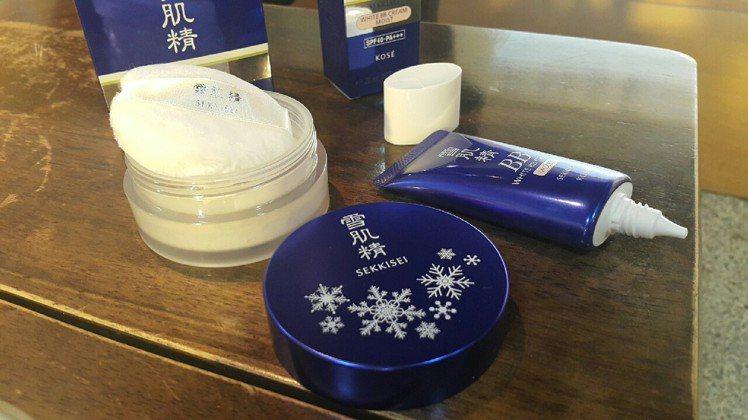 產品開箱:雪肌精清透瀅白蜜粉(左),雪肌精潤白保濕BB霜(右)。圖/記者翁以愛攝...