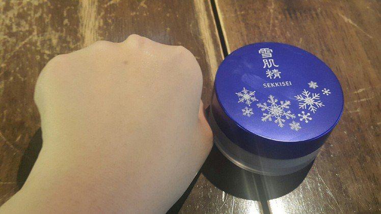雪肌精清透瀅白蜜粉,妝效透明柔細。圖/記者翁以愛攝影