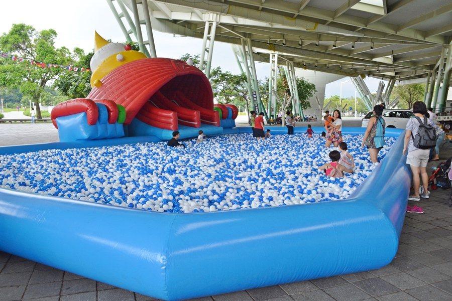 業者特別製作全國最大海洋球池池長20公尺,運用56萬顆藍白球,加上海洋造型氣墊,讓大人小孩一起來衝球浪。 記者趙惠群/攝影