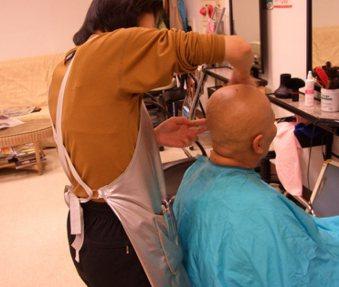為了因應化療時的掉髮,媽媽索性自己先剪去一頭秀髮,來個光頭比較乾脆。 圖片來源/...